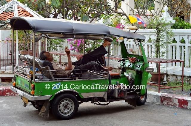 Tuk Tuk e seu motorista em momento de descanso :)