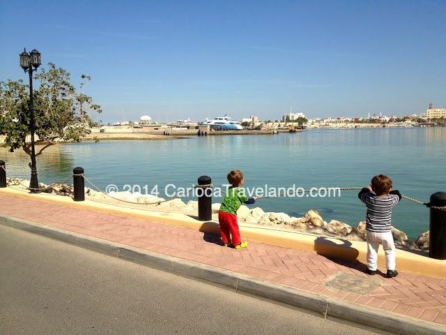 Os pequenos encantados com a lindo mar de Bahrain