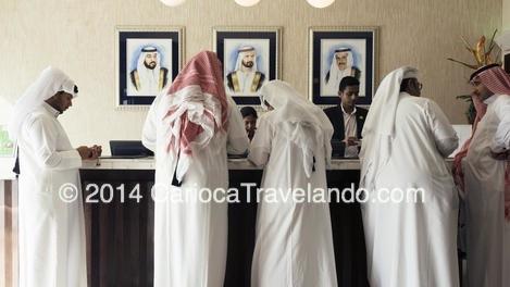 Os Emiratis com a sua roupa tradicional