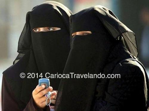 "As Emiratis, vestindo a famosa ""abaya"""