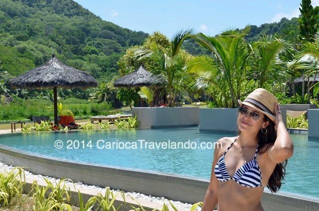 Cansou de água salgada e areia? (Eu não canso, mas vai saber?)  A poucos passos você chega na piscina do hotel, e encontra esse visual maravilhoso com as montanhas verdes de Mahe...