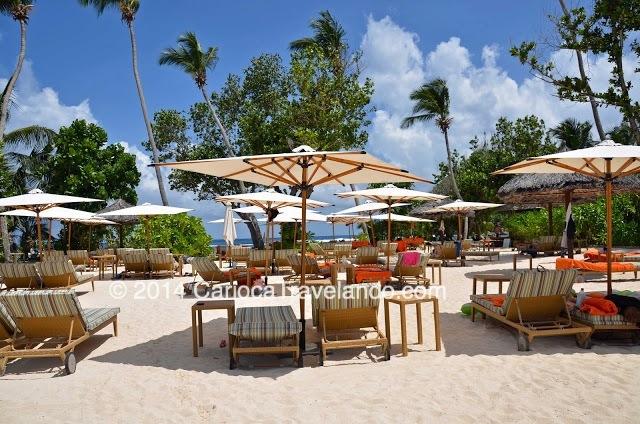 O acesso à praia e piscina do hotel oferece uma ótima estrutura: cadeiras, sombrinhas, toalhas, serviço de bar e restaurante - você pode almoçar com o pezinho na areia, ou na água do mar, se preferir :)