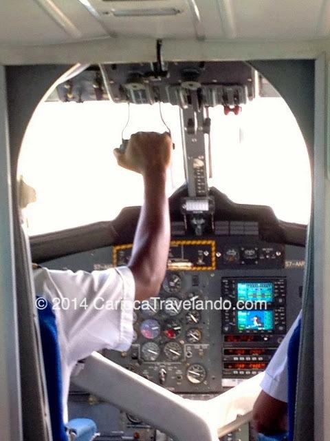 Os passageiros ficam bem pertinho do piloto e co-piloto - Ah e um pequeno grande detalhe - nesse paraíso quente e umido: o vôo é sem ar condicionado! Use roupas leves ;)