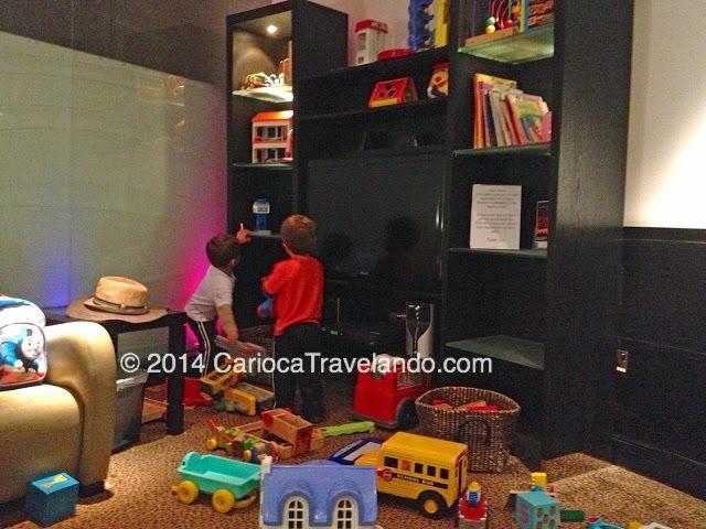 As crianças se divertem com os brinquedos, papai e mamãe podem descansar, o tempo passa rapidinho... e todos ficam mais felizes :)