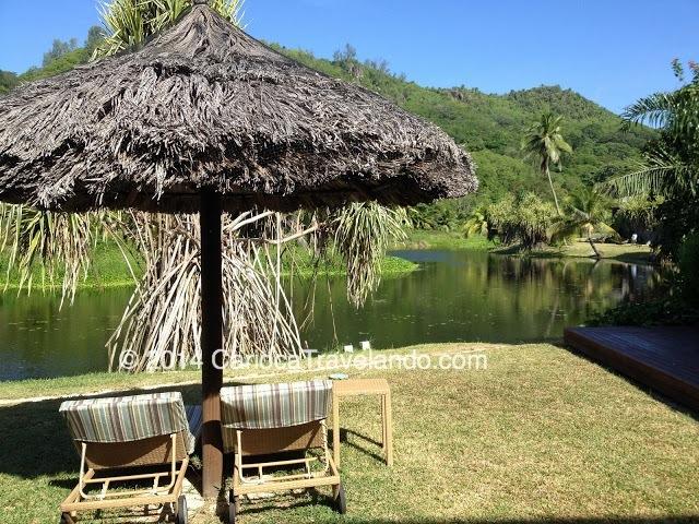 Muitos verde por todo o resort, e o lago bem pertinho da praia e da piscina.