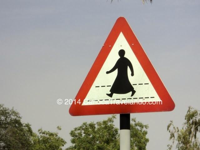 Atenção ao atravessar (reparem na vestimenta típica árabe na placa)