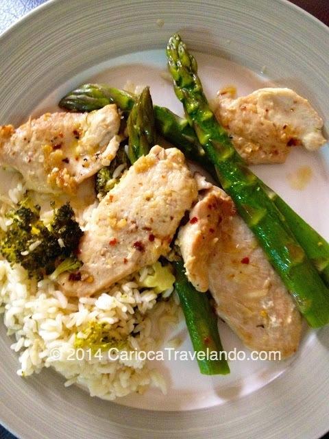 Um prato que eu adoro fazer e comer: frango grelhado com pimenta e gengibre, arroz com brócolis e aspargos... tudo com bastante alho... Delícia