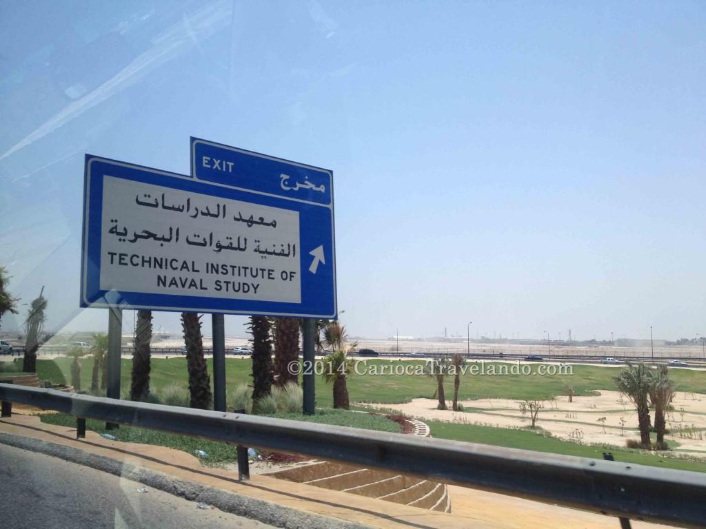 Exemplo: muitas placas estão em inglês e árabe