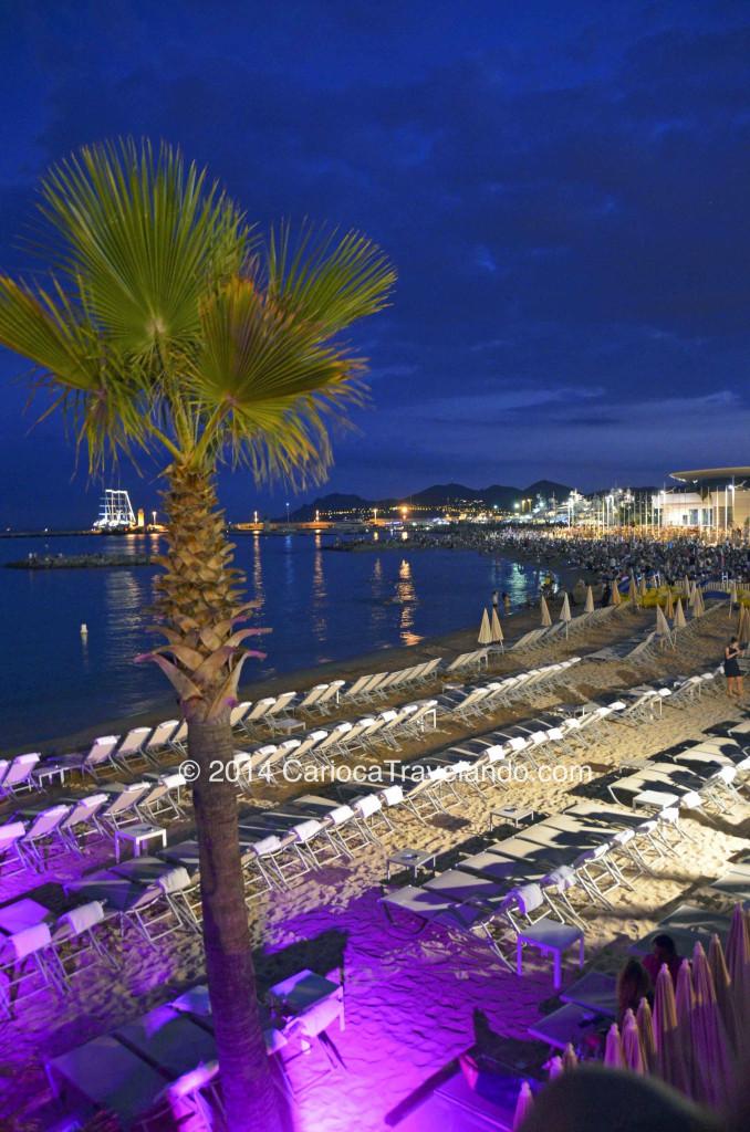 Cannes a noite... apesar de lotado de turistas, os hotéis mais sofisticados reservam o espaço na praia para os seus hóspedes VIP.