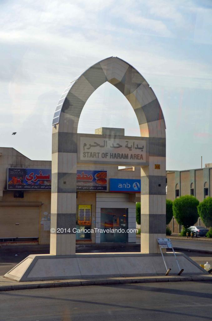 """A via que pegamos, tinha ao longo vários desses """"monumentos"""" informando que dali em diante, somente muçulmanos eram autorizados a passar."""