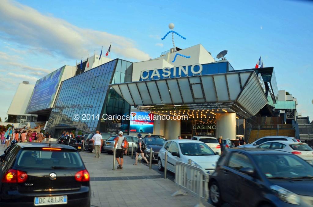 Para quem gosta de Casinos, Cannes oferece três opções: o Croisette, Palm Beach e Les Princes. Esse é o Croisette e para entrar é preciso apresentar o seu passaporte e ser maior de 18 anos.