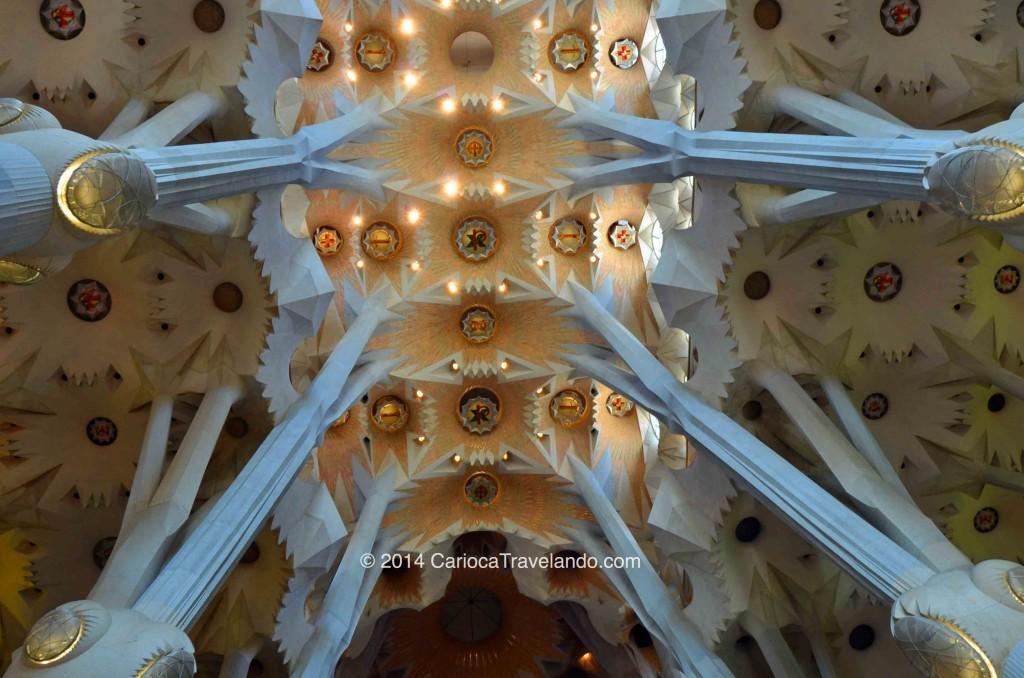 Detalhes do teto (e que teto é aquele gente) Gaudi se inspirou nas árvores e galhos encontrados na natureza para projetar as colunas da basílica.