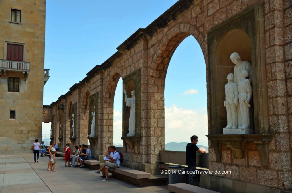 A arquitetura é destaque na área externa do Mosteiro de Montserrat