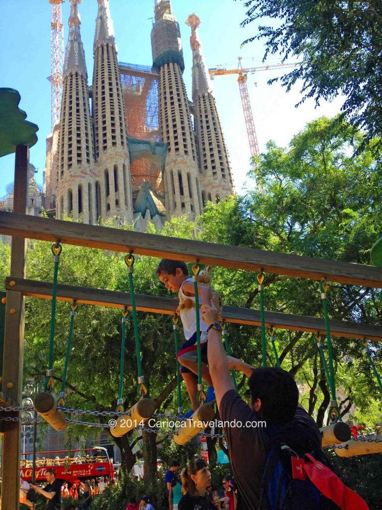 Diversão na pracinha em frente à Sagrada Família
