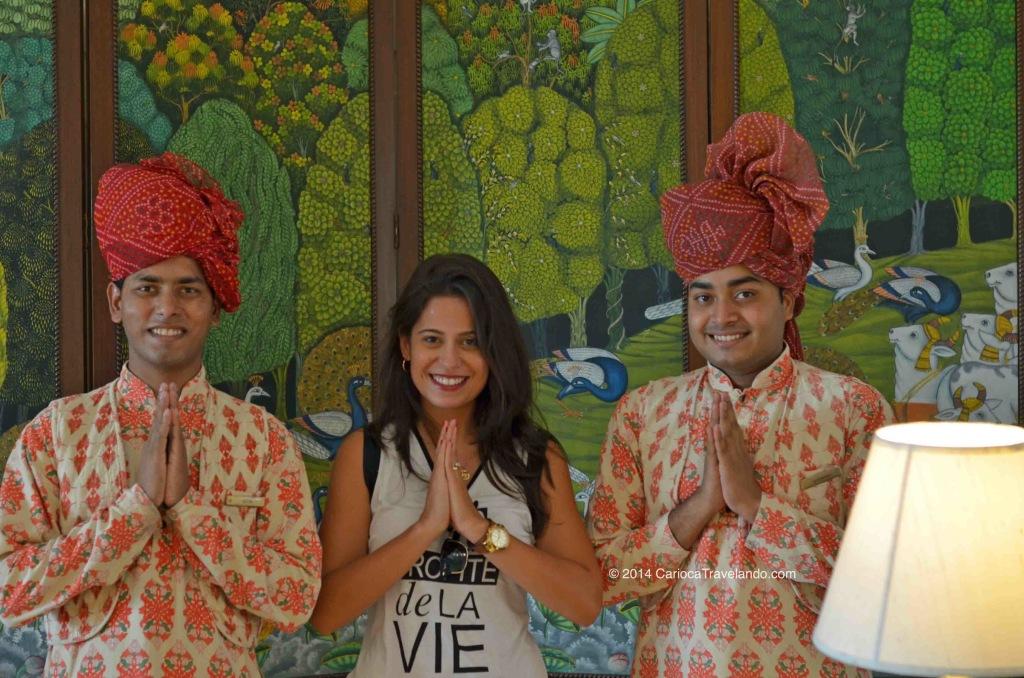 Com os funcionários do Oberoi: Namastê!