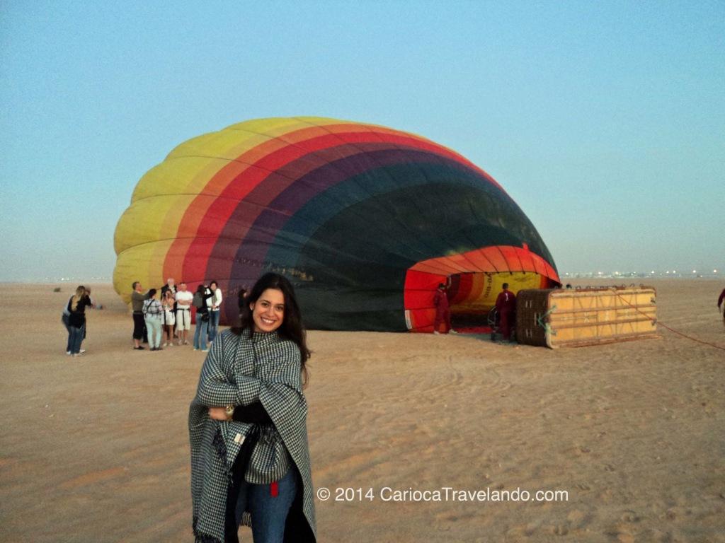 Feliz da vida as 5 da manhã pronta para voar de balão por Dubai