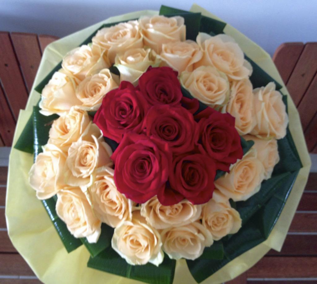 Muito amor: foram 28 rosas rosas (28 anos), e 6 rosas vermelhas (celebrando 6 anos). Fico imaginando daqui ha 20, 50, 60 anos... ja pensou? :)