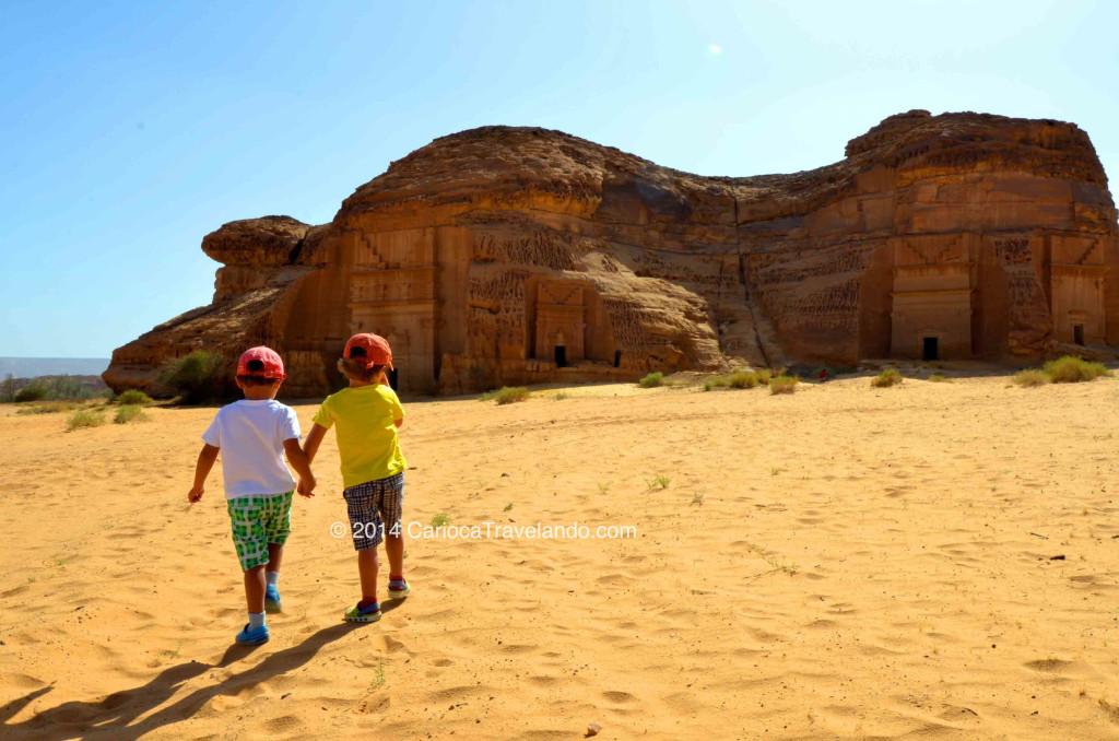 Nossos meninos descobrindo Madain Saleh, patrimônio histórico pela UNESCO, na Arábia Saudita.