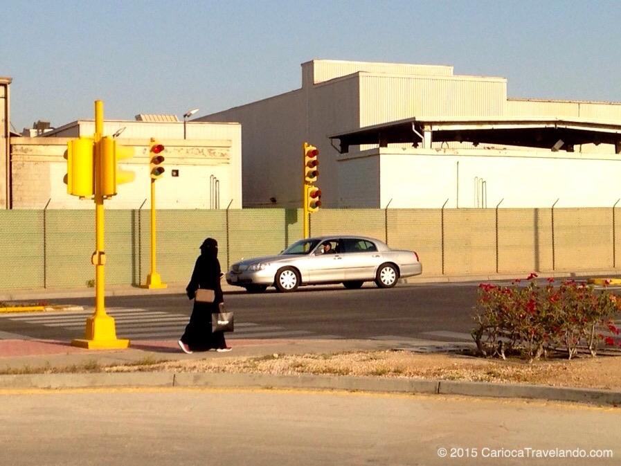 Deus ajuda quem cedo madruga: Saudita caminhando rumo a mais um dia de trabalho