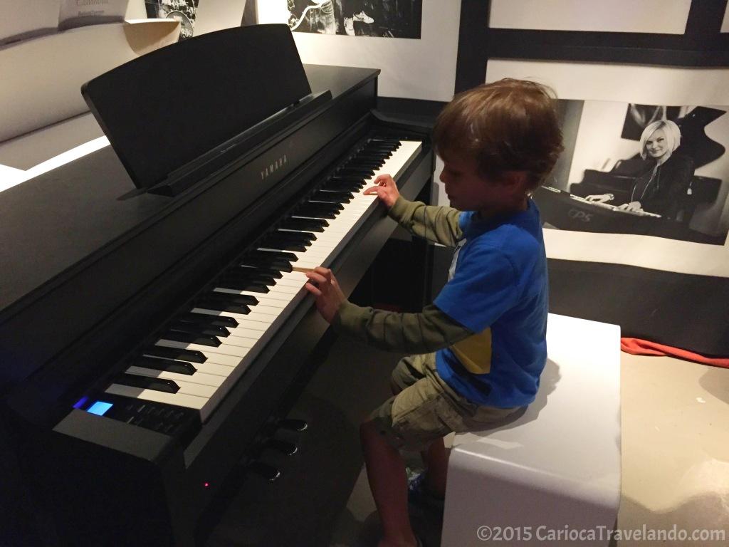 Até o nosso pequeno arriscou umas notinhas no piano ;)