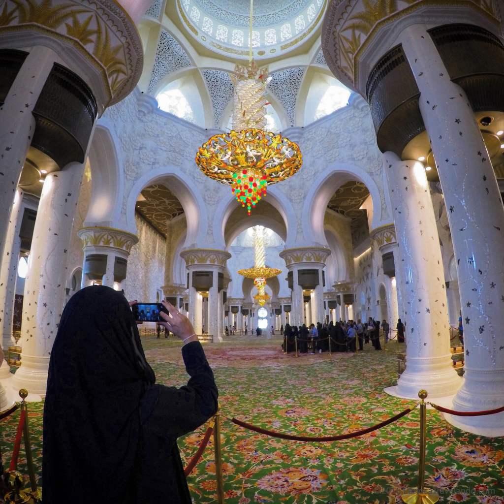 A beleza e riqueza de detalhes do interior da Grande Mesquita em Abu Dhabi impressiona