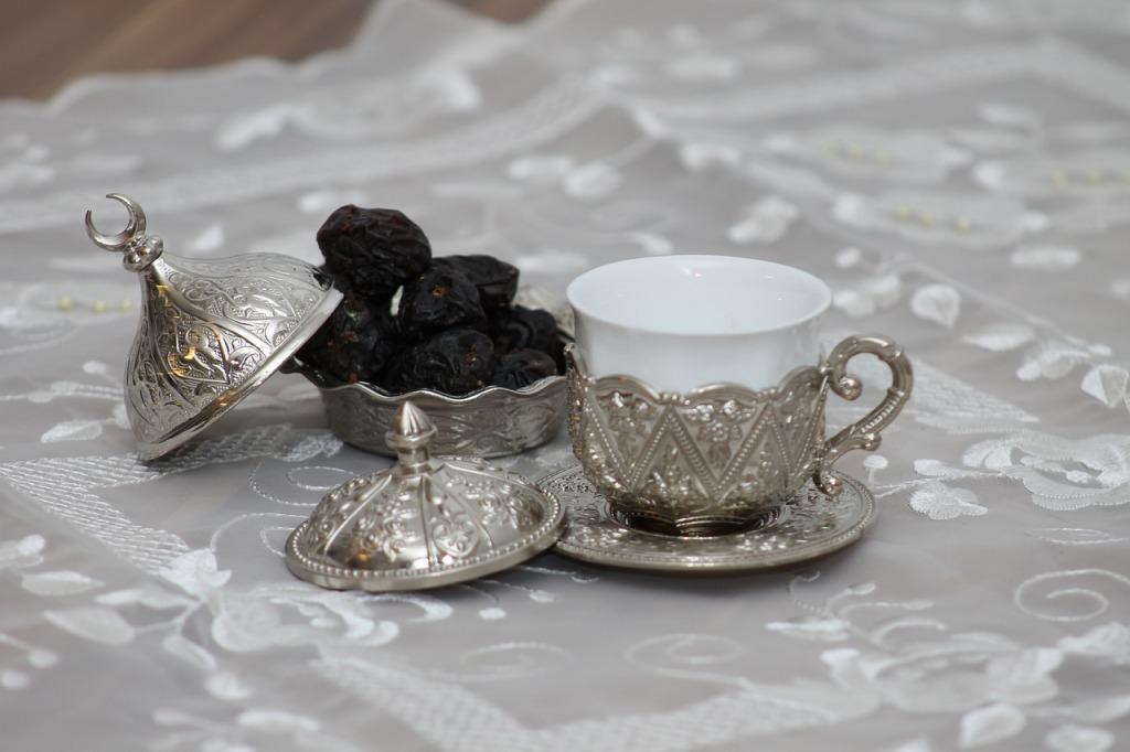 A tradição para a quebra do jejum é comer tâmaras (sempre em números ímpares 1, 3, 5) e saborear o delicioso café árabe